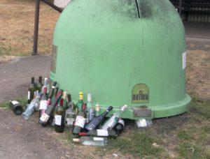 láhve mimo kontejner