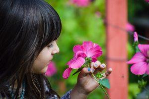 dívka s květinou